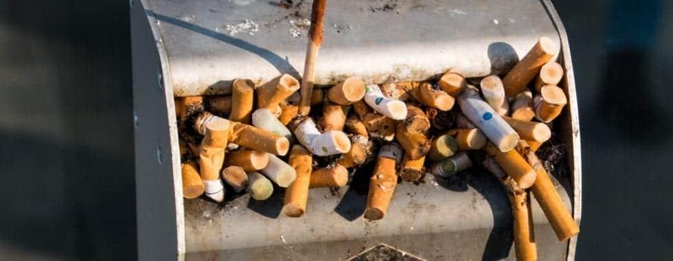 cigaretter i en skraldespand