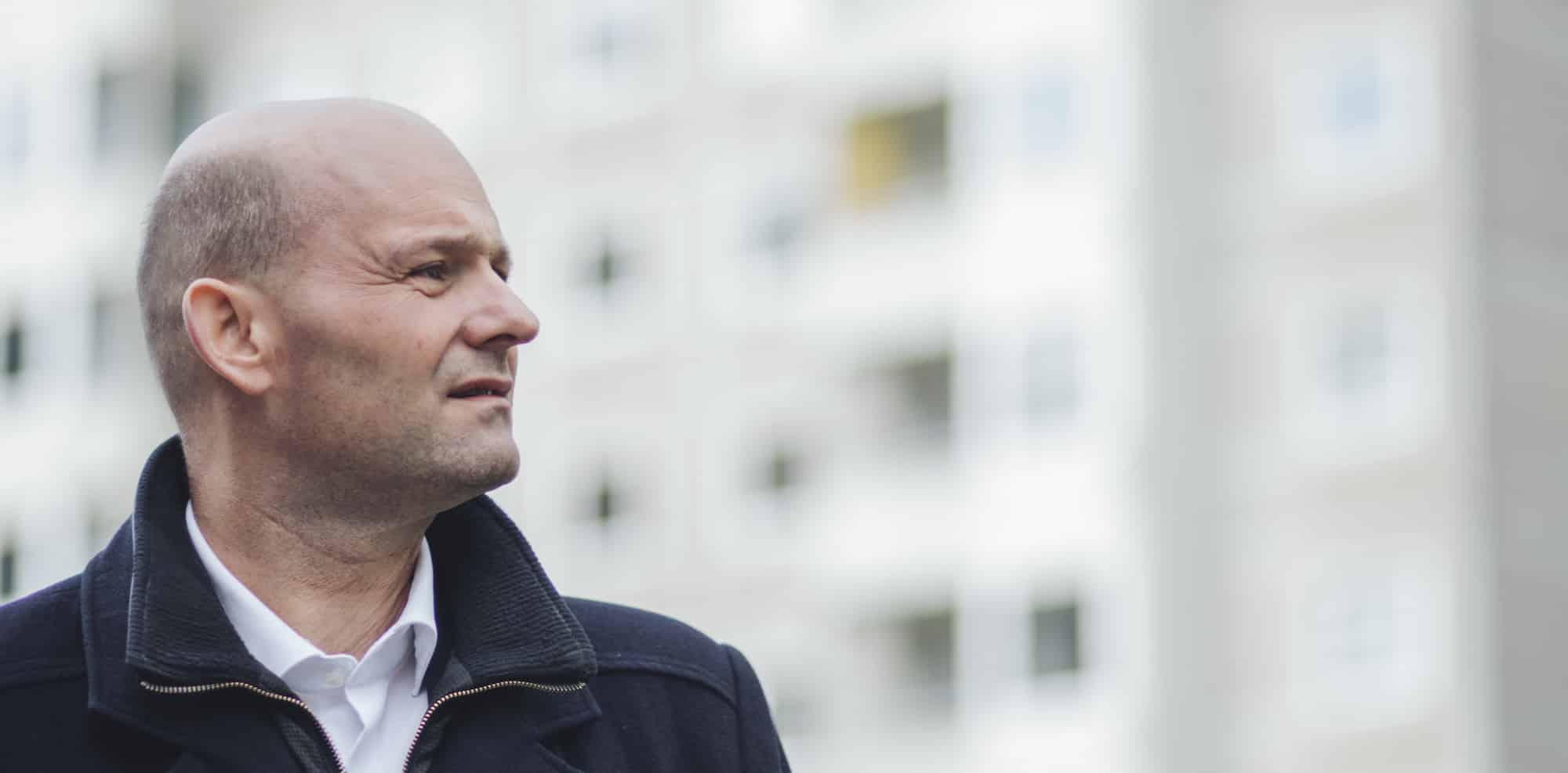 Søren Pape foran grå betonbygninger