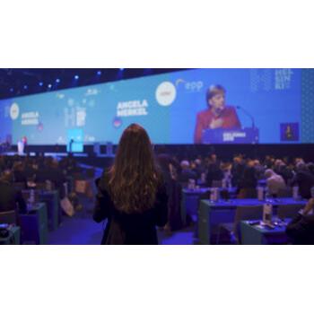Pernille Weiss lytter til Angela Merkels tale - EPP kongres 2018